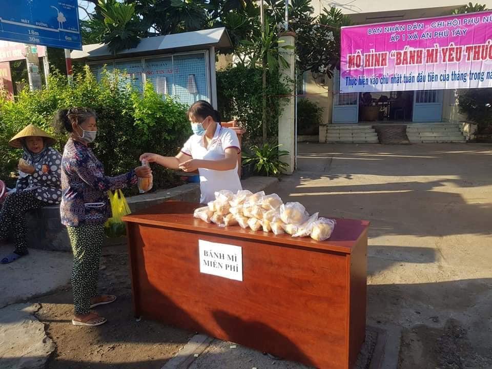 KHông chỉ ở cấp xã, nhiều chi hội các ấp cũng tổ chức trao bánh mì, bữa sáng cho người dân