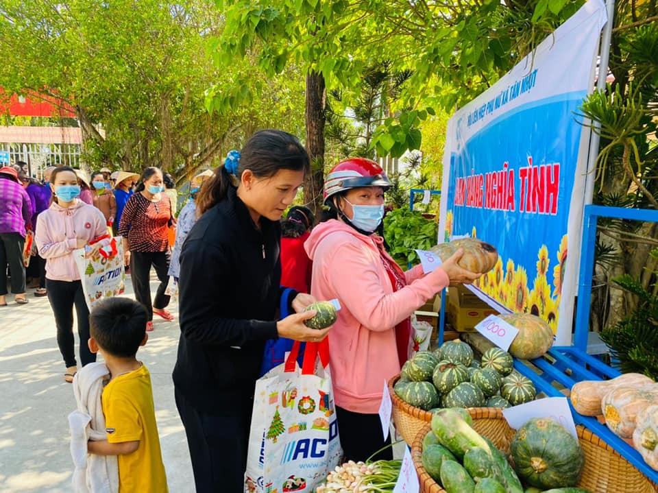 Những phiên chợ nghĩa tình kịp thời của Hội LHPN các xã, thị trấn ở H. Bình Chánh