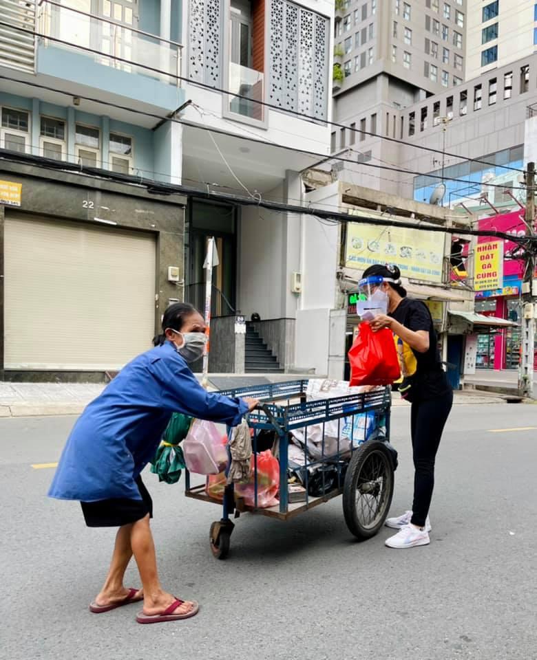 Nhà văn - nhà báo Phương Huyền (VOH Radio) trao quà giúp người khó khăn giữa mùa dịch ở Sài Gòn. Ảnh: facebook Phương Huyền