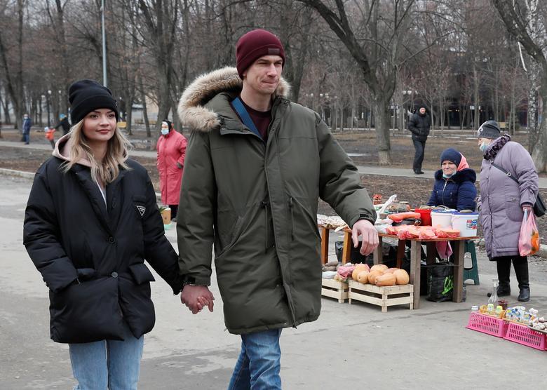 Họ cùng nhau đi dạo, đi siêu thị - Ảnh: O,C/Reuters