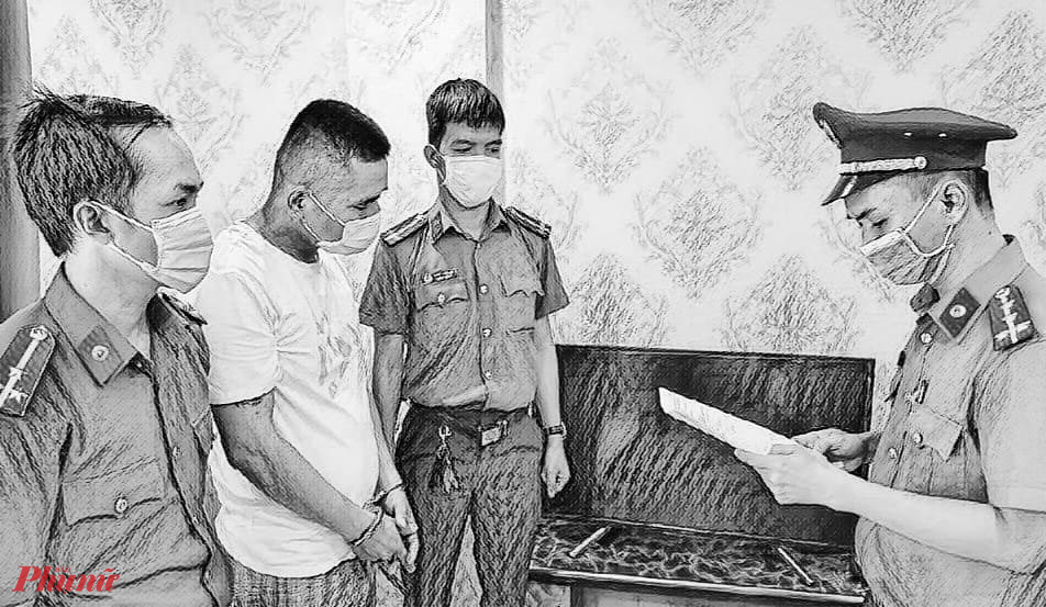Công an đọc lệnh khởi tố bị can và bắt tạm giam XUE XIAO RONG