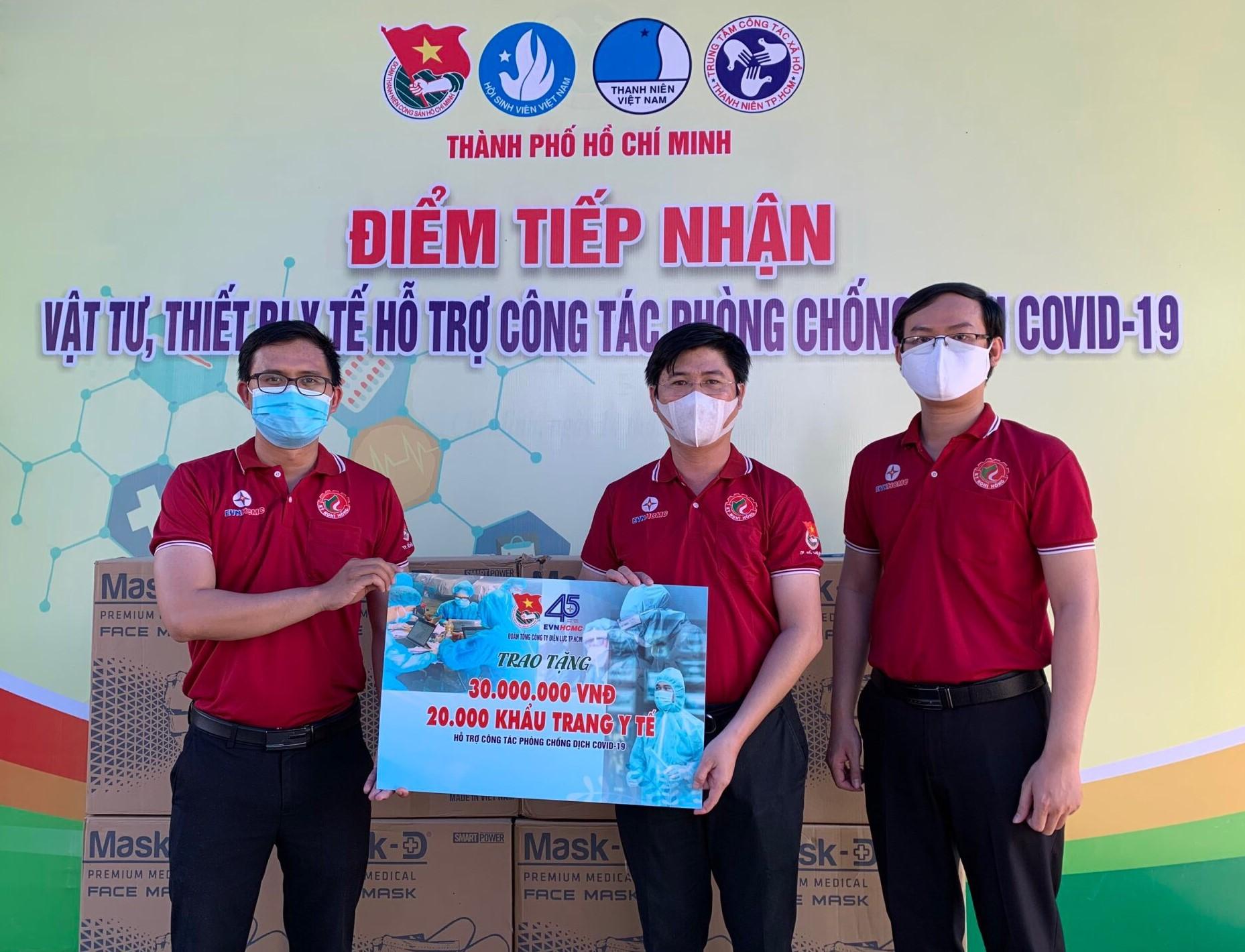 Đồng chí Huỳnh Tấn Khương - Bí thư Đoàn (bìa trái), đại điện đoàn viên, thanh niên EVNHCMC trao tặng 30 triệu đồng và 20.000 khẩu trang y tế cho công tác chống dịch COVID-19. Ảnh: EVNHCMC