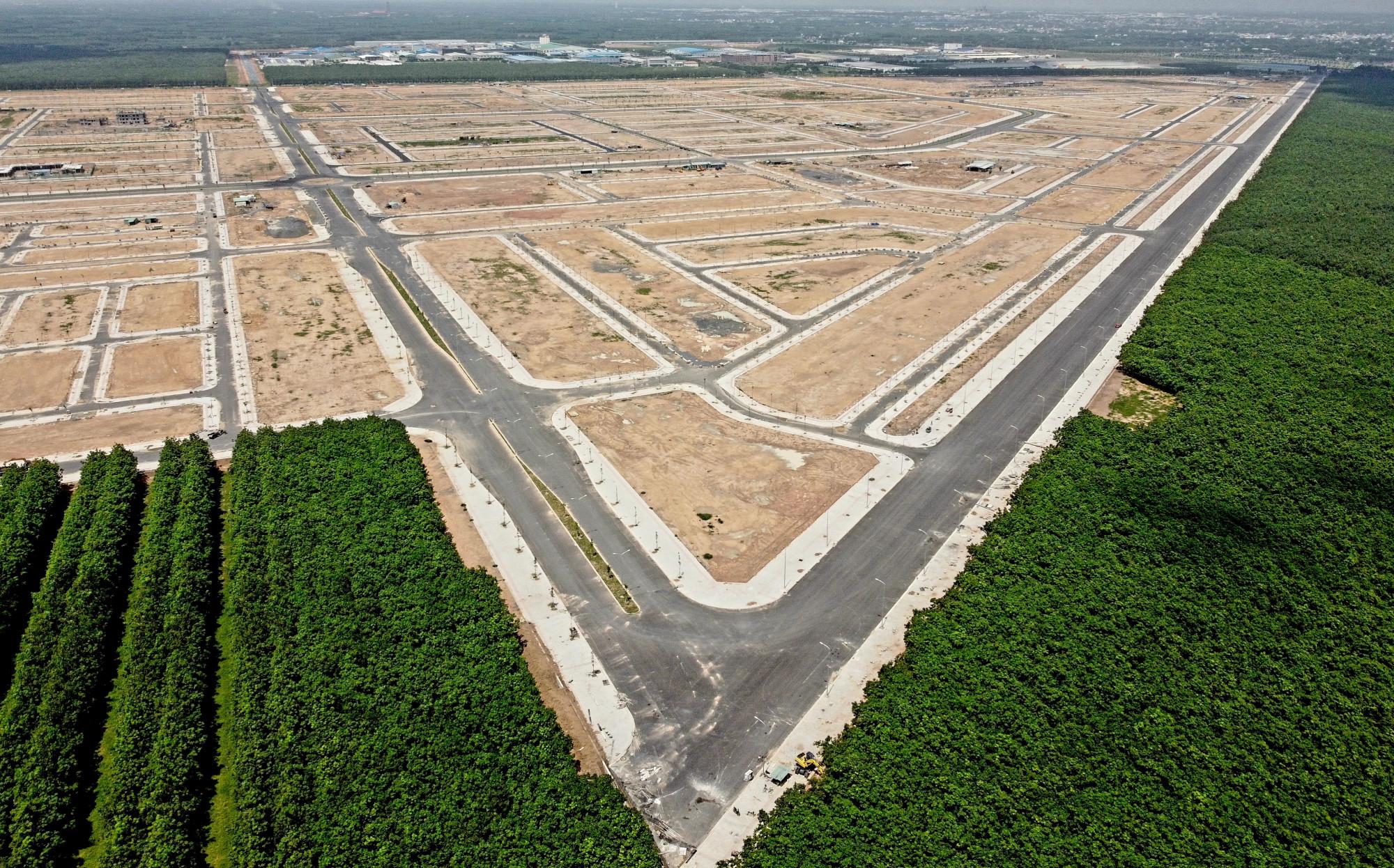 Khu TĐC được khởi công xây dựng từ ngày 20/4/2020, đến nay đã gần như hoàn tất với khoảng 5.000 lô đất TĐC. Dự án sân bay Long Thành có tổng số 5.000ha đất, trong đó có 3.000ha đất của các hộ gia đình, cá nhân. trong số hơn 5.500 hộ gia đình, cá nhân có đất bị thu hồi làm dự án sân bay Long Thành có hơn 4.300 hộ gia đình