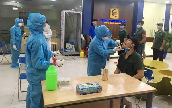 Trung tâm Y tế quận 8, TP.HCM lấy mẫu xét nghiệm tại chợ Bình Điền