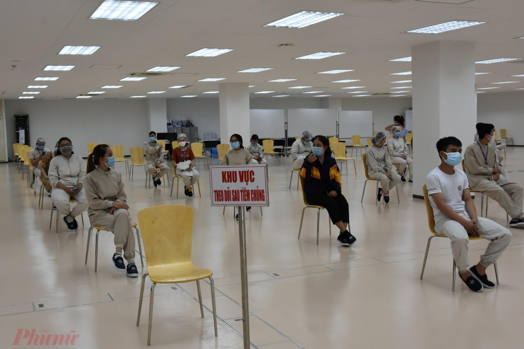 Công ty TNHH Nipro Pharma Việt Nam ngồi chờ theo dõi sau khi tiêm vắc xin AstraZenec mũi 1, ảnh Trọng Nguyễn.