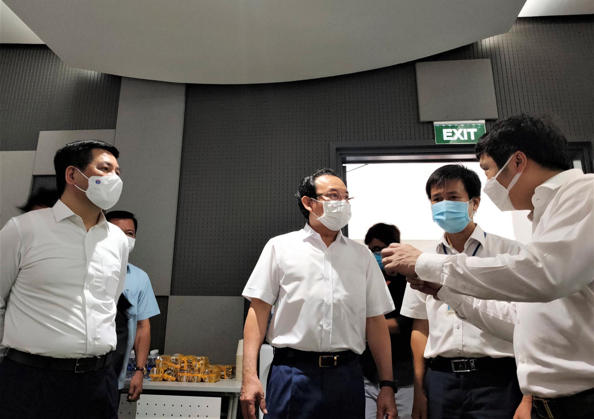 Bí thư Thành ủy Nguyễn Văn Nên kiểm tra khu vực tiêm chủng vắc xin ngừa COVID-19