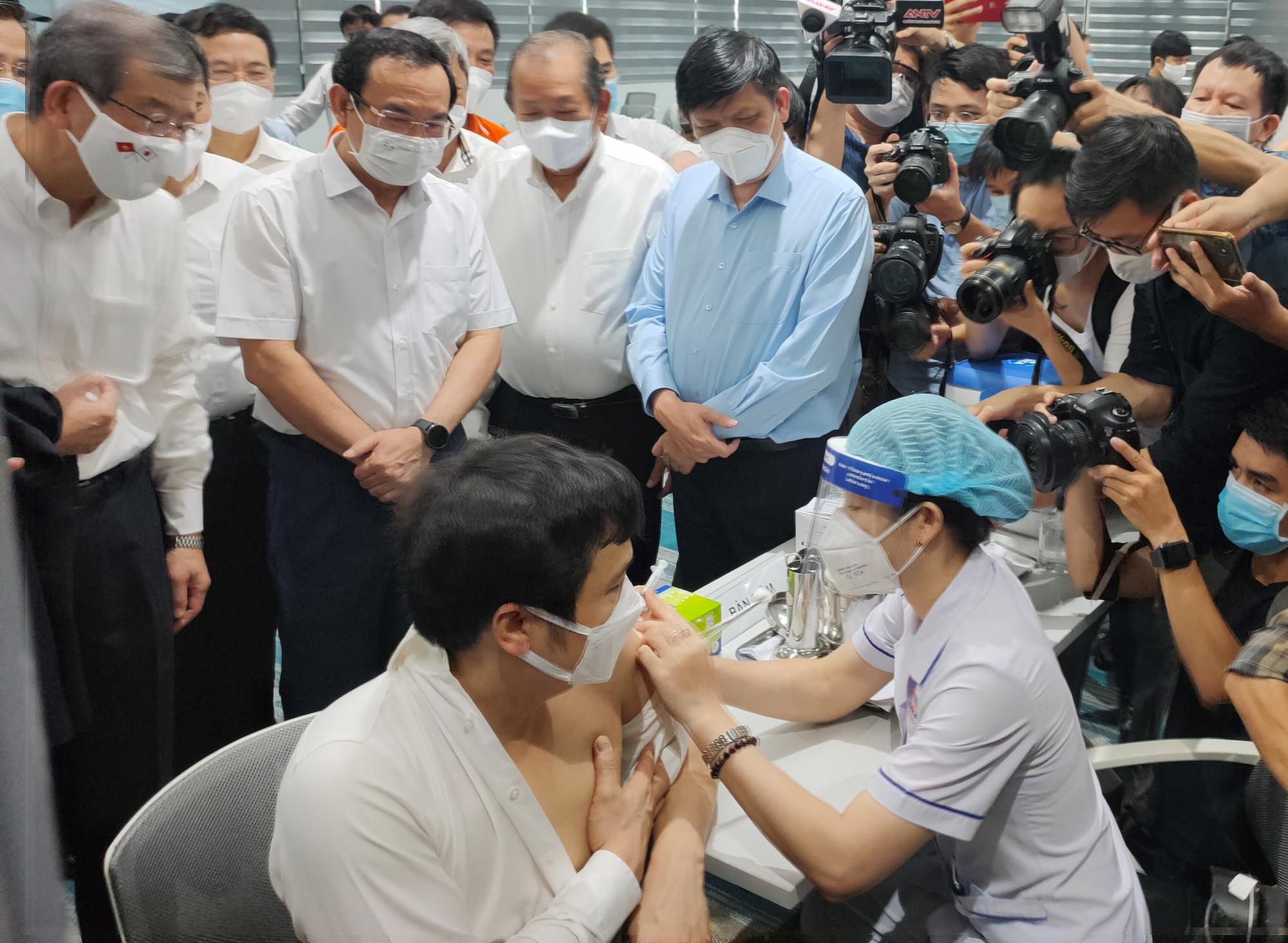 Người được nhận mũi tiêm vắc xin ngừa COVID -19 này là ông Nguyễn Văn Khoa – Tổng giám đốc Tập đoàn FPT