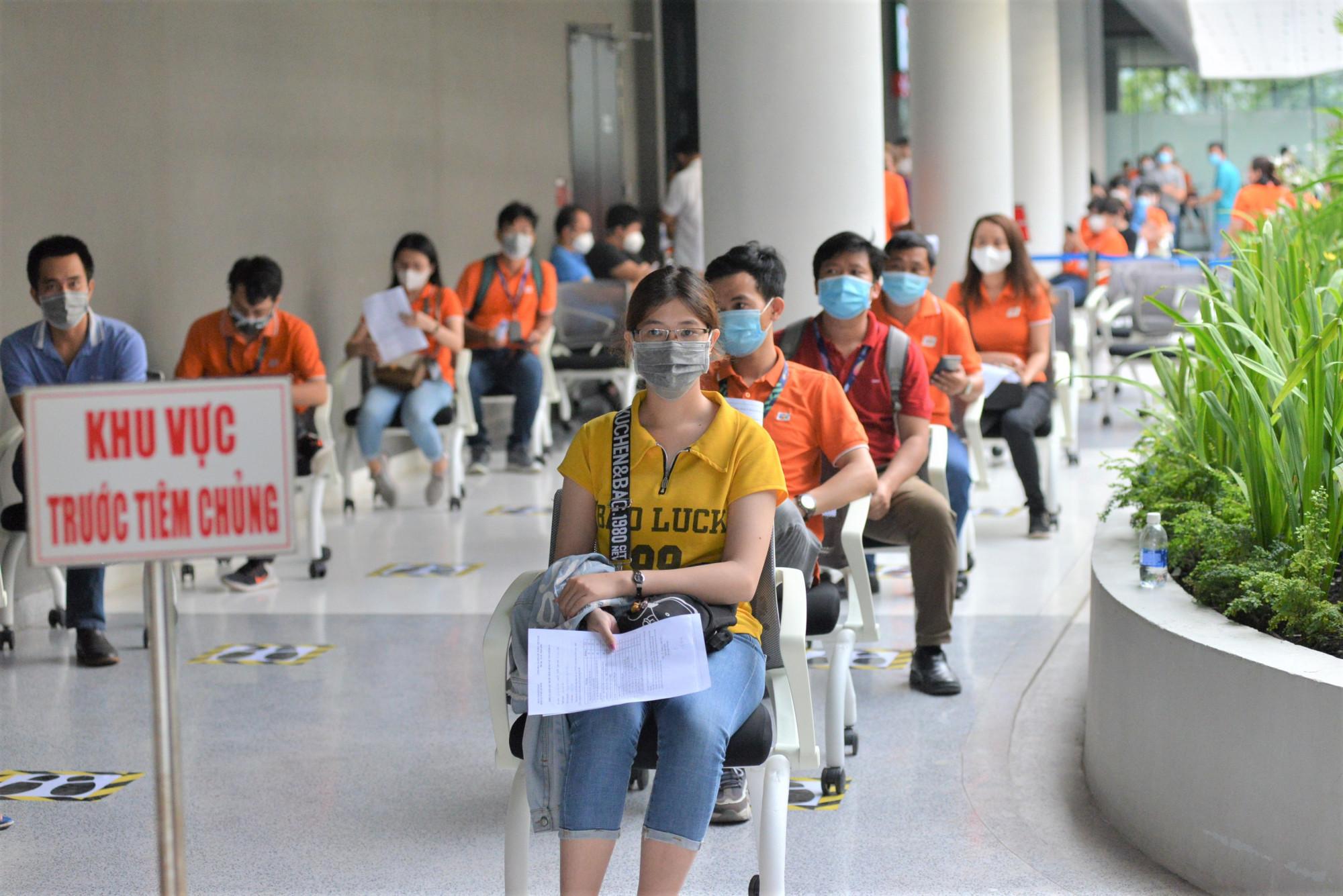 Xếp hàng chờ đợi trước khi được tiêm chủng vắc xin ngừa COVID-10. Ảnh Hiếu Nguyễn