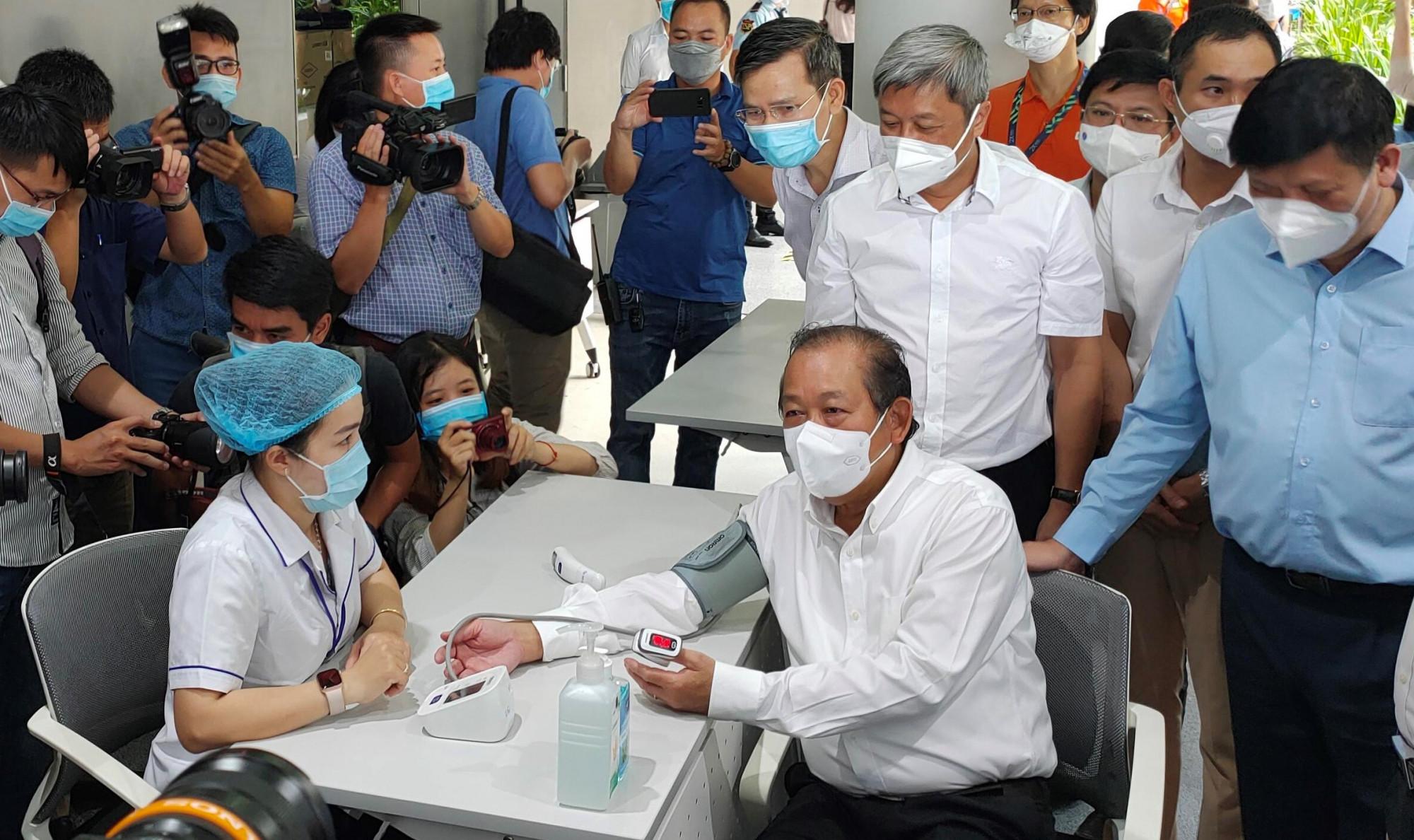 Phó Thủ tướng thường trực Trương Hòa Bình được kiểm tra thân nhiệt, đo huyết áp tại điểm tiêm chủng ở Khu công nghệ cao sáng 19/6/2021