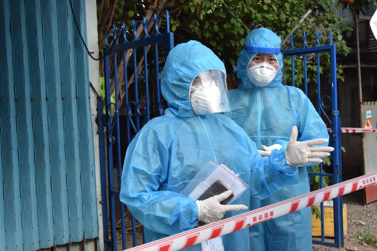 Nhân viên y tế tại khu vực phong tỏa ở TPHCM, ảnh Trọng Nguyễn