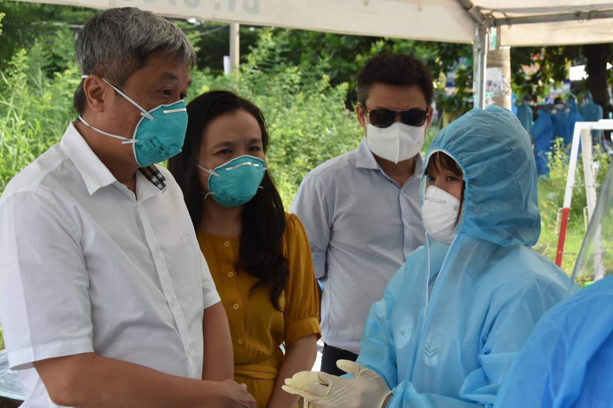 Thứ trưởng động viên, hỏi thăm và góp ý các công tác phòng chống dịch tại khu vực phong tỏa, ảnh Trọng Nguyễn