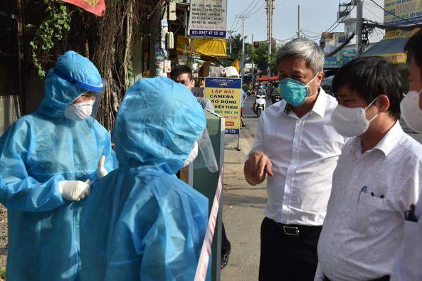 Thứ trưởng Nguyễn Trường Sơn đã đột xuất kiểm tra các khu vực phong tỏa tại TPHCM, ảnh Trọng Nguyễn