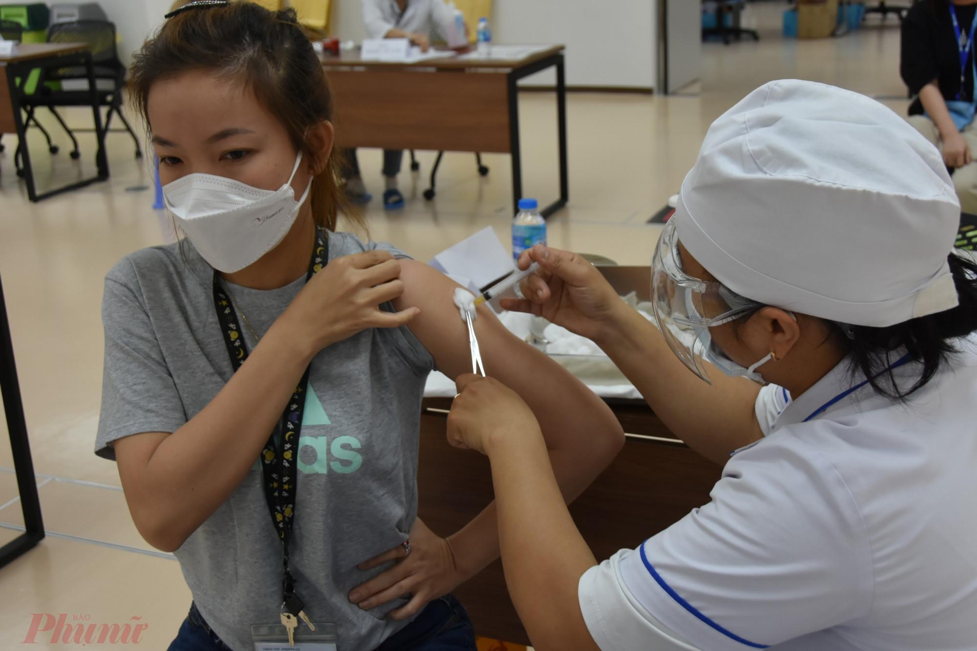 Công nhân của Công ty TNHH Nipro Pharma Việt Nam được tiêm vắc xin ngừa COVID-19 sáng 19/6, ảnh Trọng Nguyễn