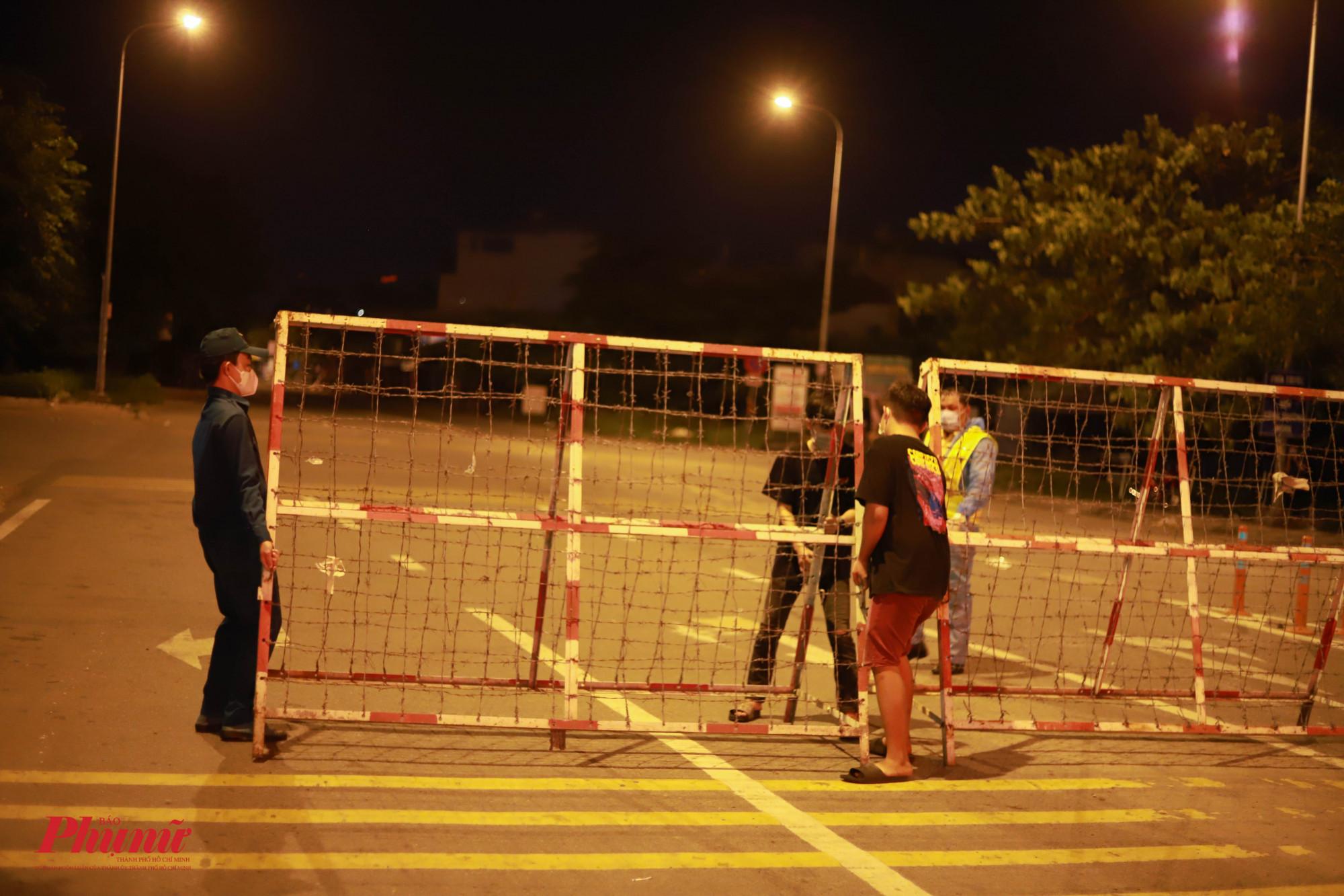 Đúng 0 giờ ngày 20/6, các lối ra vào vùng phong tỏa đã được rào chắn