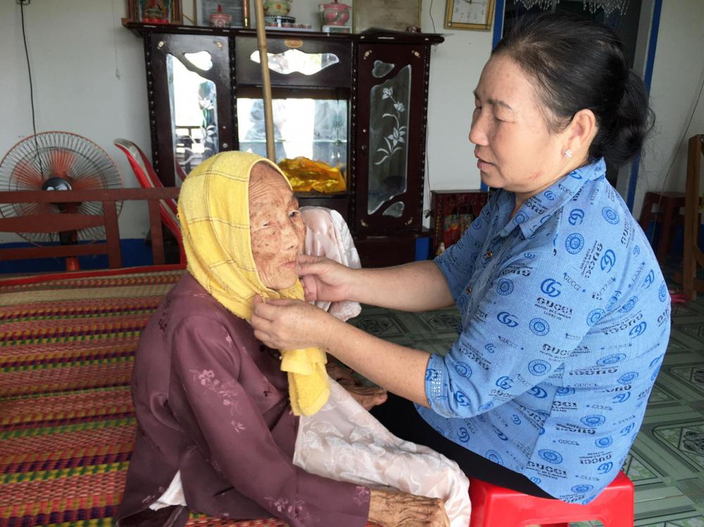 Bà mẹ Việt Nam anh hùng Trần Thị Hoa được người con thứ chín chăm sóc, phụng dưỡng chu đáo