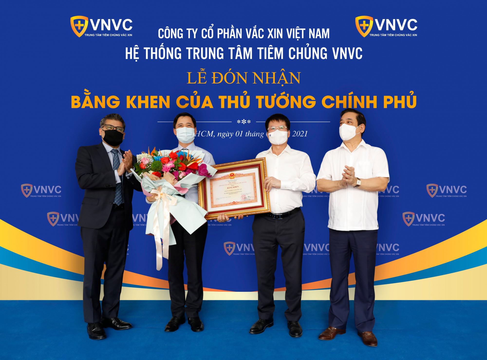 Với thành tích tốt trong hoạt động tiêm chủng vắc-xin, đặc biệt trong công tác phòng chống dịch COVID-19, tháng 6/2021, VNVC vinh dự được nhận Bằng khen của Thủ tướng Chính phủ. Ảnh: VNVC
