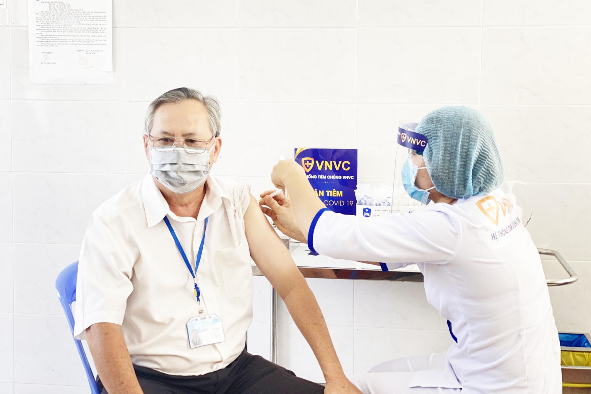 Tất cả nhân viên y tế của VNVC tham gia công tác tiêm chủng đều có chứng chỉ hành nghề, chứng chỉ an toàn tiêm chủng và đã được đào tạo thành thục quy trình an toàn tiêm chủng. Ảnh: VNVC