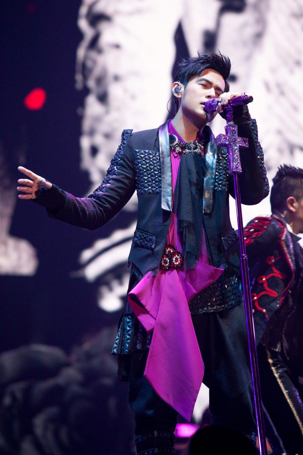 Bộ trang phục đắt thứ 2 cũng do Tomas Chan thực hiện. Thiết kế gồm áo vest, sơ mi cách điệu kết hợp với quần có thiết kế đơn giản. Trang phục gây ấn tượng bởi những chi tiết dún bèo, đính kết trông hơi nữ tính. Sự kết hợp giữa tông màu hồng tím cùng cườm đá giúp nam ca sĩ nổi bật trên sân khấu.