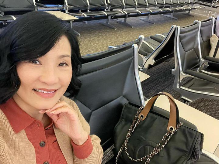 Nghệ sĩ Hồng Đào tại sân bay để chuẩn bị cho chuyến đi diễn đầu tiên trở lại sau khi dịch bệnh ổn định