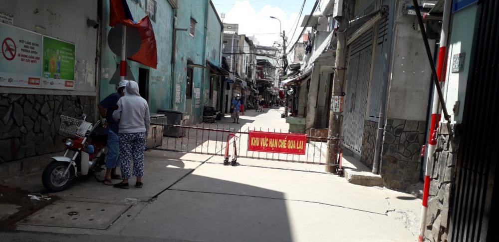 Các sạp bên hông Chợ Trung Chánh tạm dừng hoạt động.
