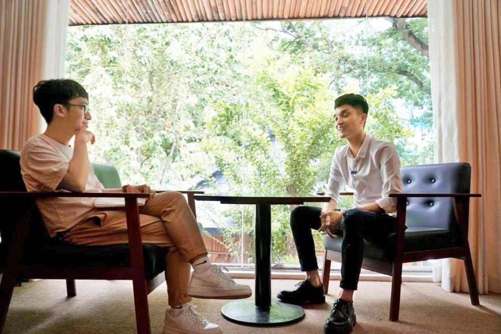 Nhà báo Nguyễn Thành Lâm (trái) trong buổi phỏng vấn nghệ sĩ Mạc Văn Khoa