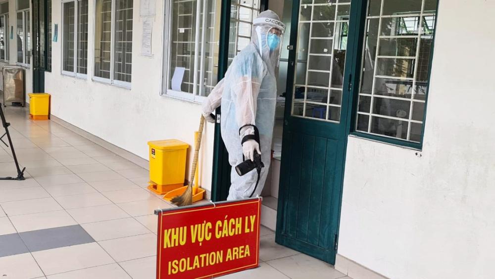 Phóng viên Báo Phụ Nữ TP.HCM tác nghiệp tại một khu vực cách ly chống dịch COVID-19