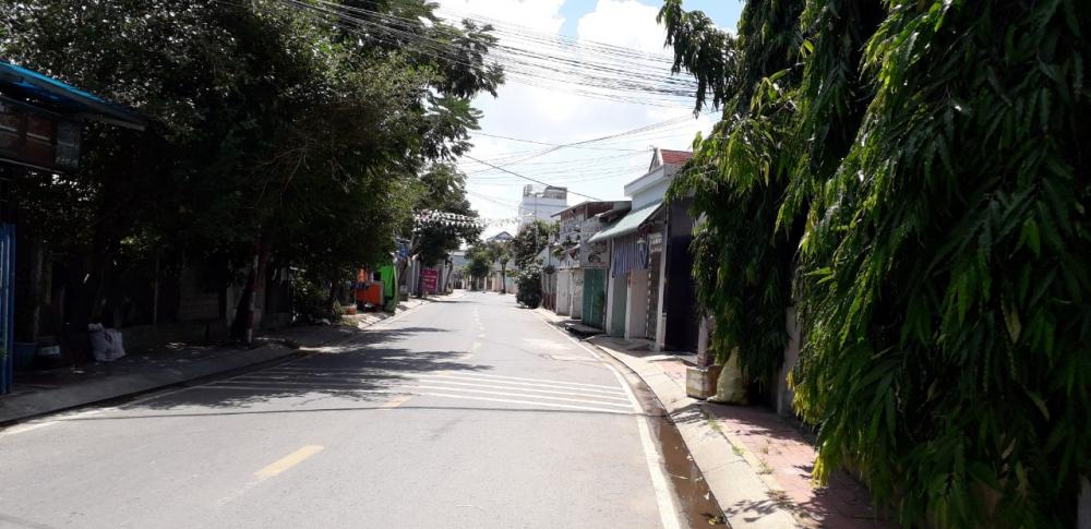 Đường phố bình thường tập nâp người qua lại nay yên bình, các hàng quán cũng tạm dừng kinh doanh.
