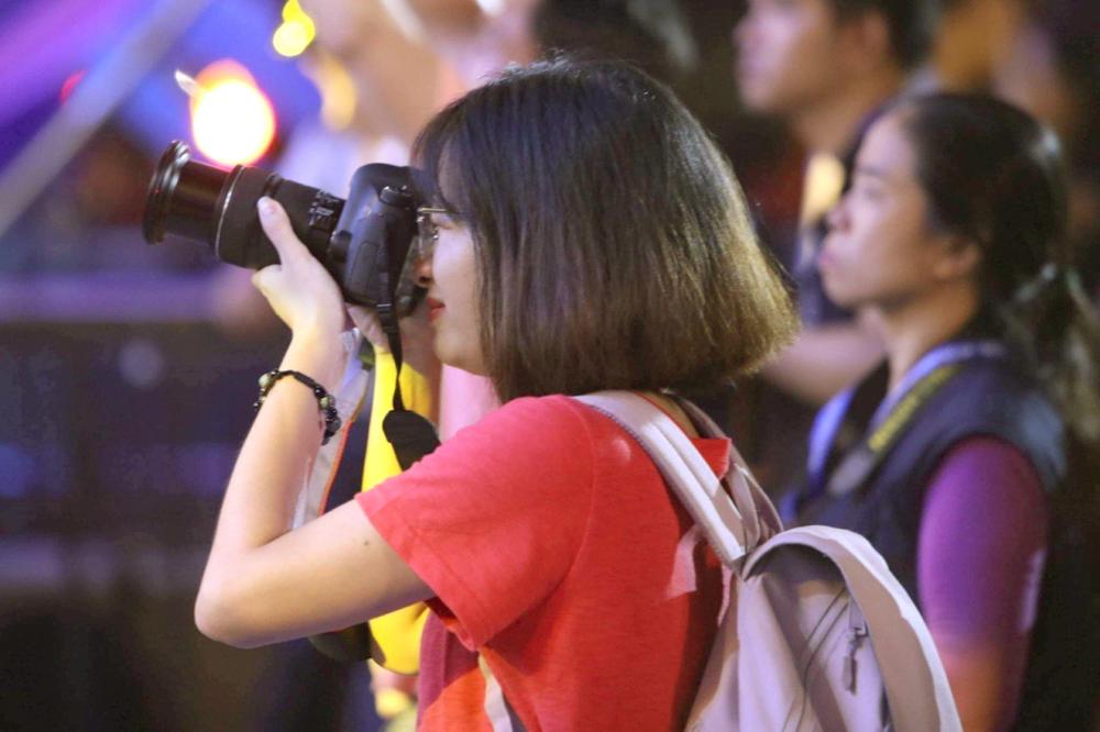 Nhà báo Diễm Mi đang tác nghiệp