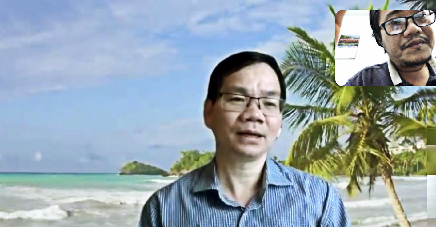 Phóng viên Báo Phụ Nữ TP.HCM phỏng vấn tiến sĩ Huỳnh Thế Du (giảng viên Trường Chính sách công  và Quản lý Fulbright) qua công cụ trực tuyến Zoom trong điều kiện giãn cách xã hội