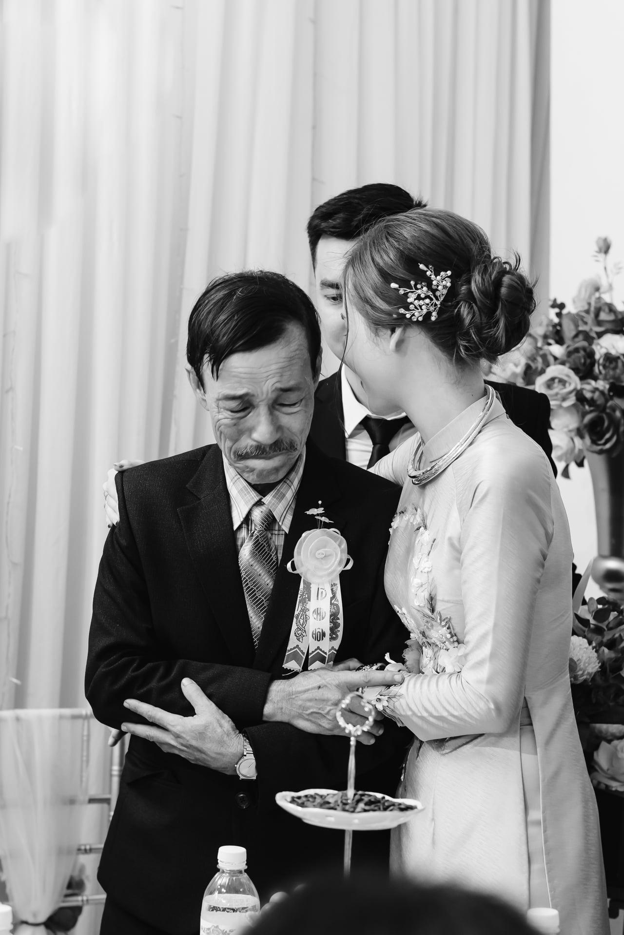 Hình ảnh cha khóc trong đám cưới được Ca Dao chia sẻ