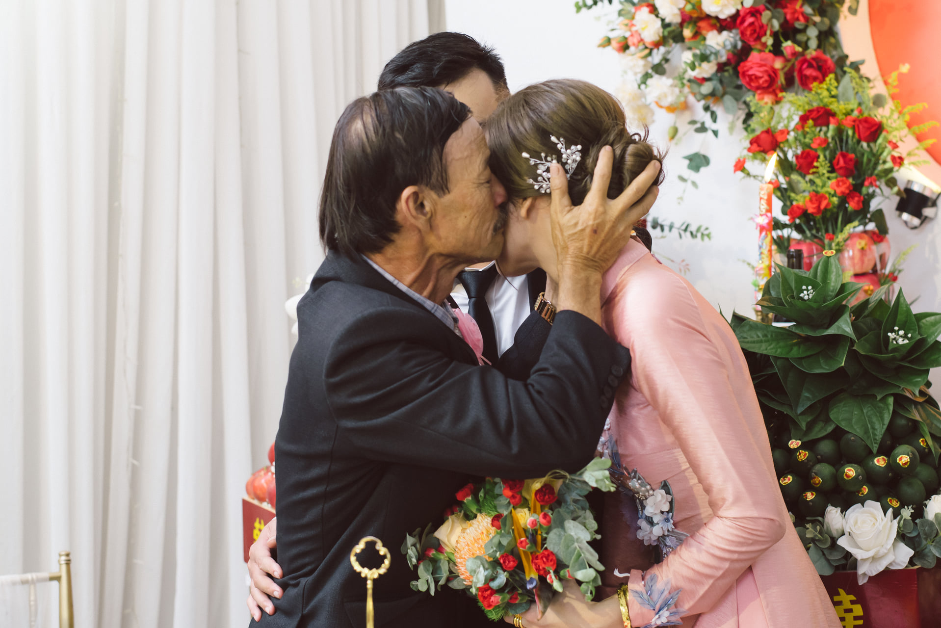 Cha Ca Dao hôn con gái trong ngày chị lấy chồng