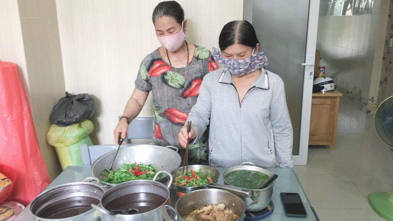 Chị em phụ nữ P12 quận Gò Vấp, TPHCM nấu cơm tặng lực lượng túc trực điểm cách ly