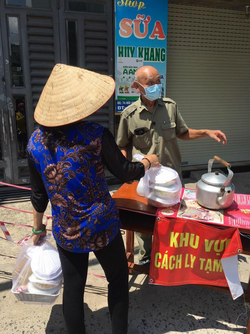 Nhiều dì lớn tuổi bỏ sức và bỏ của cung cấp các suất ăn cho người trong khu cách ly - Ảnh Lê Hoà