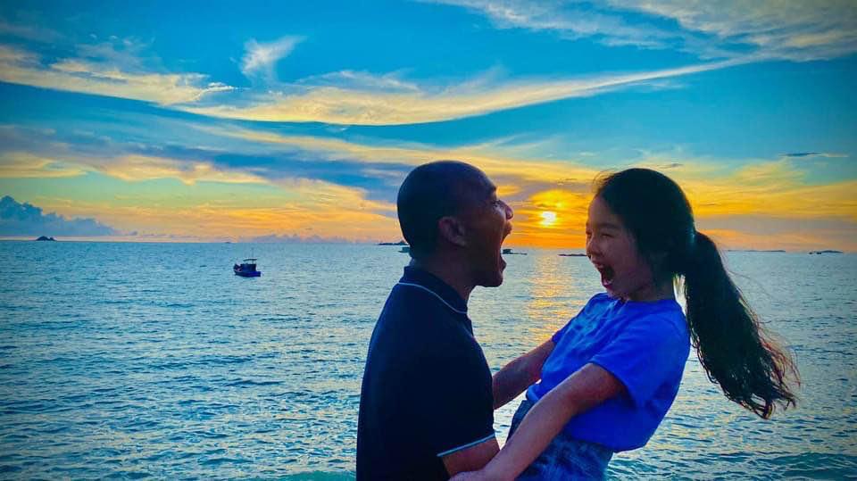 Người mẫu Xuân Lan đăng tải bức ảnh con gái đang vui đùa với người đàn ông
