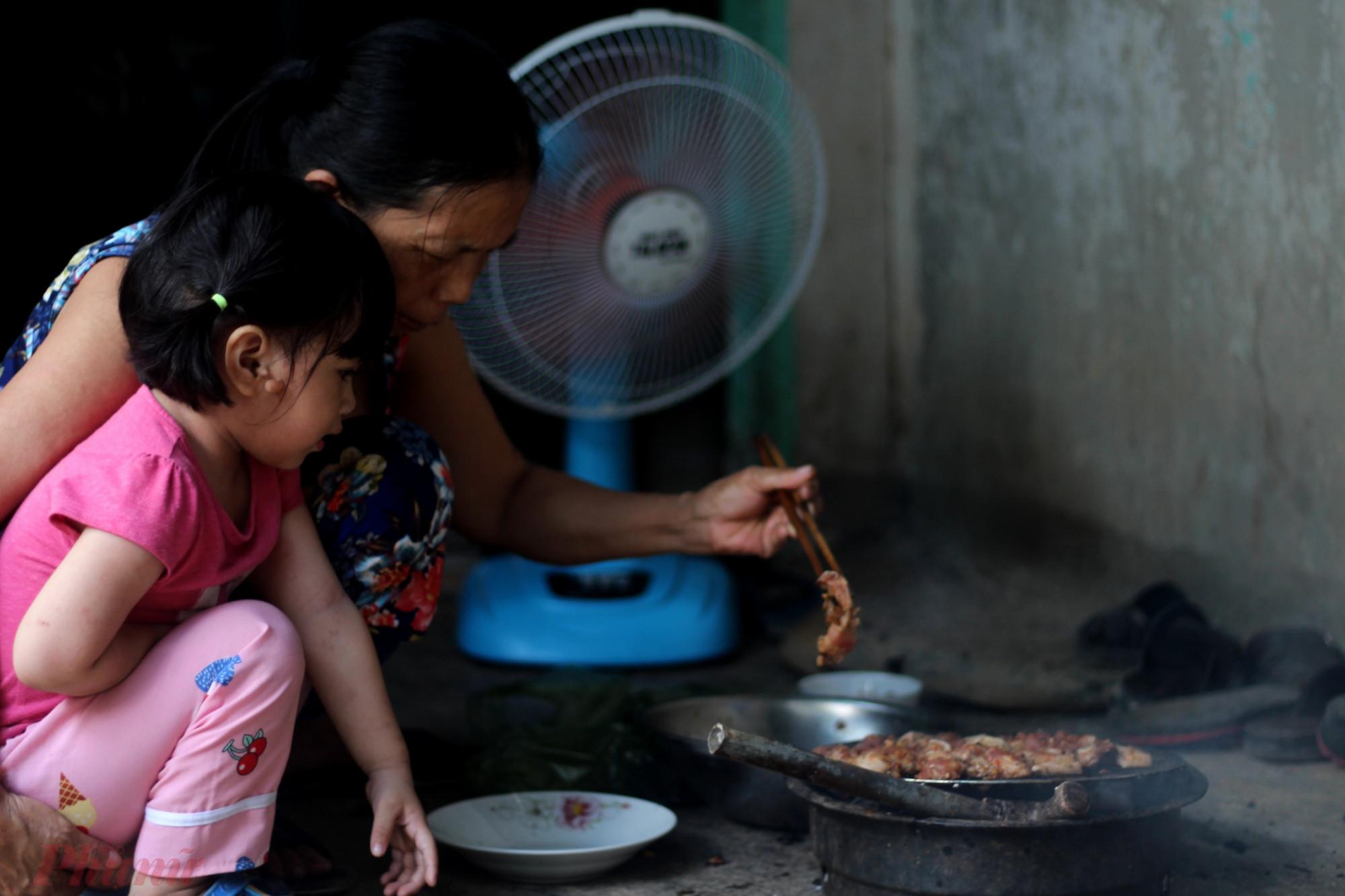 Những ngày hè năm trước, biết lũ cháu thích ăn nên thỉnh thoảng, bà lại quạt than nướng thịt.