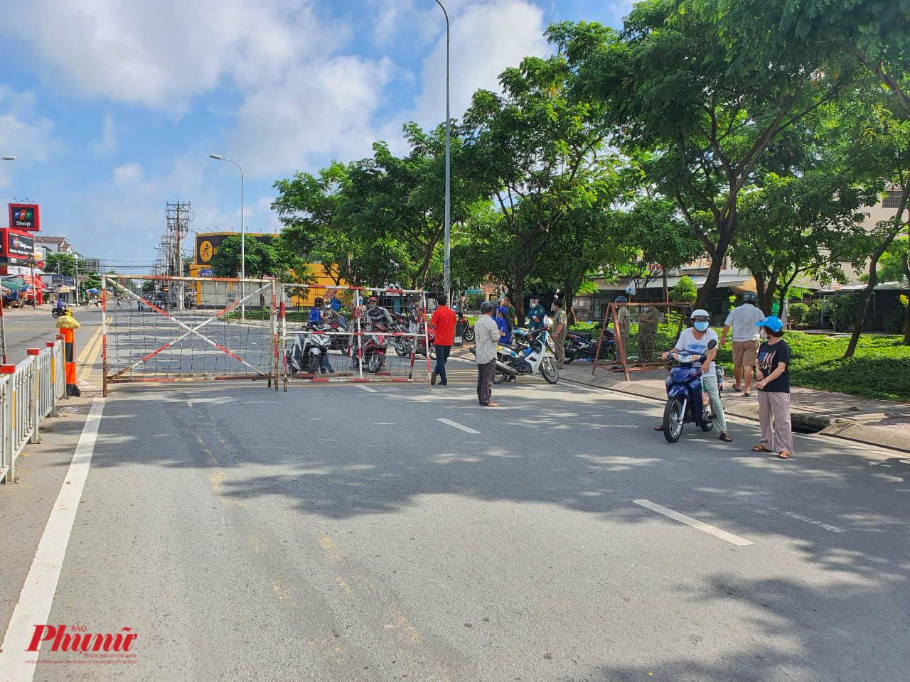 Tại các chốt trên đường Hồ Học Lãm, lực lượng chức năng tích cực giải thích cho người dân hiểu về quy định phong tỏa