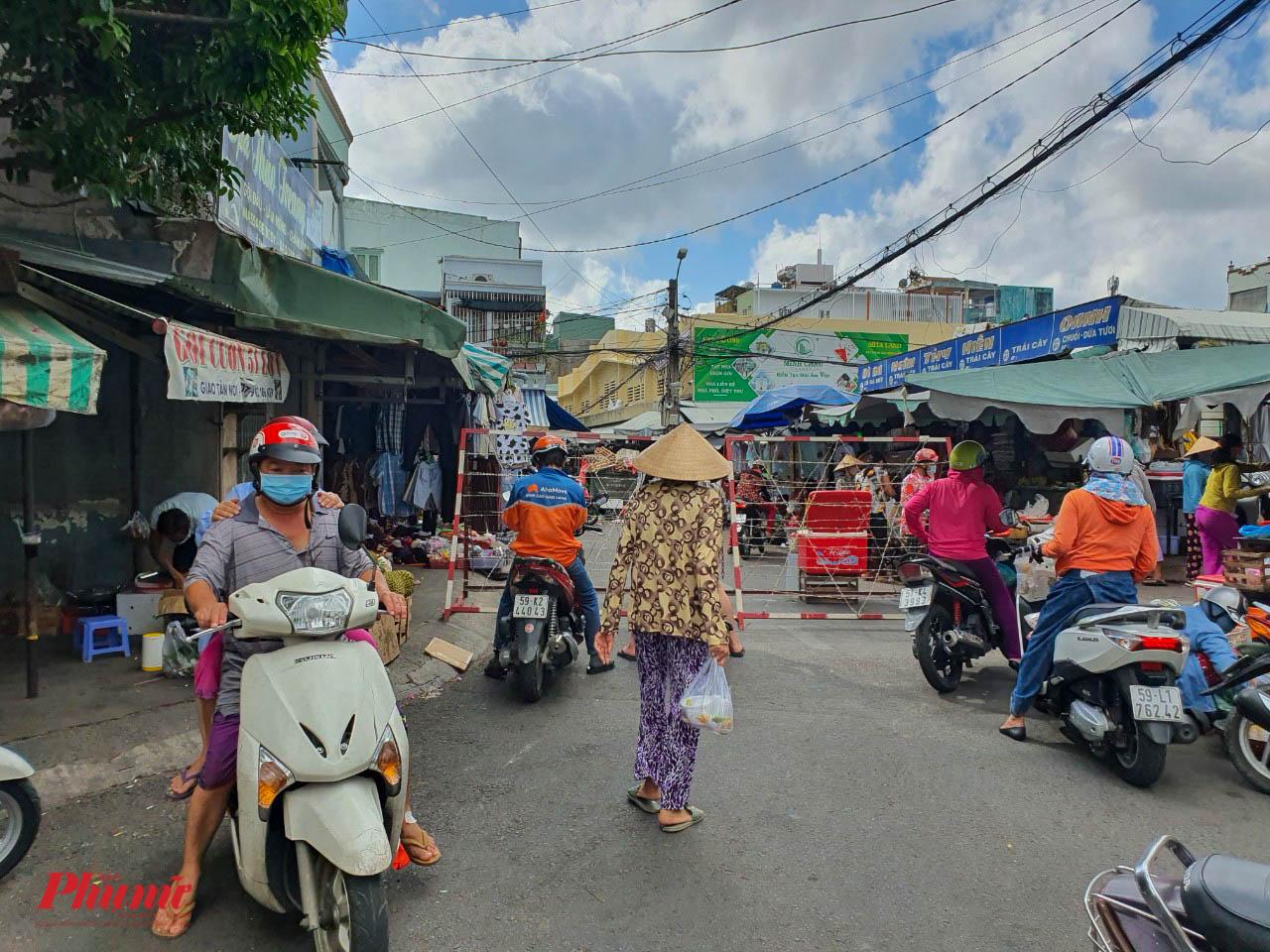 Một khu chợ trên đường Bình Phú (quận 6) được rào chắn các đường nhánh, chỉ mở 1 lối ra và 1 lối vào để kiểm soát dịch