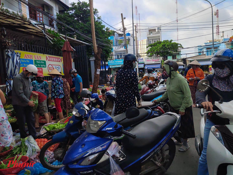 Một điểm chợ tạm trên đường Phạm Hữu Lầu (quận 7) buôn bán tấp nập như chưa có lệnh cấm