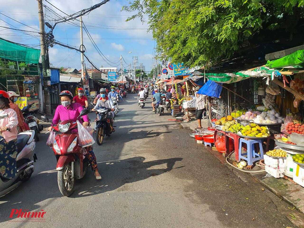 Các chợ nhỏ, dọc theo đường An Dương Vương, hướng về đường Võ Văn Kiệt vẫn tấp nập mua bán