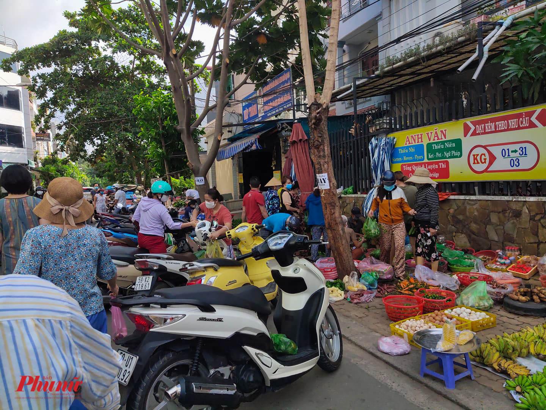 khu vực xung quanh chợ Phước Long có nhiều điểm bán hàng tự phát