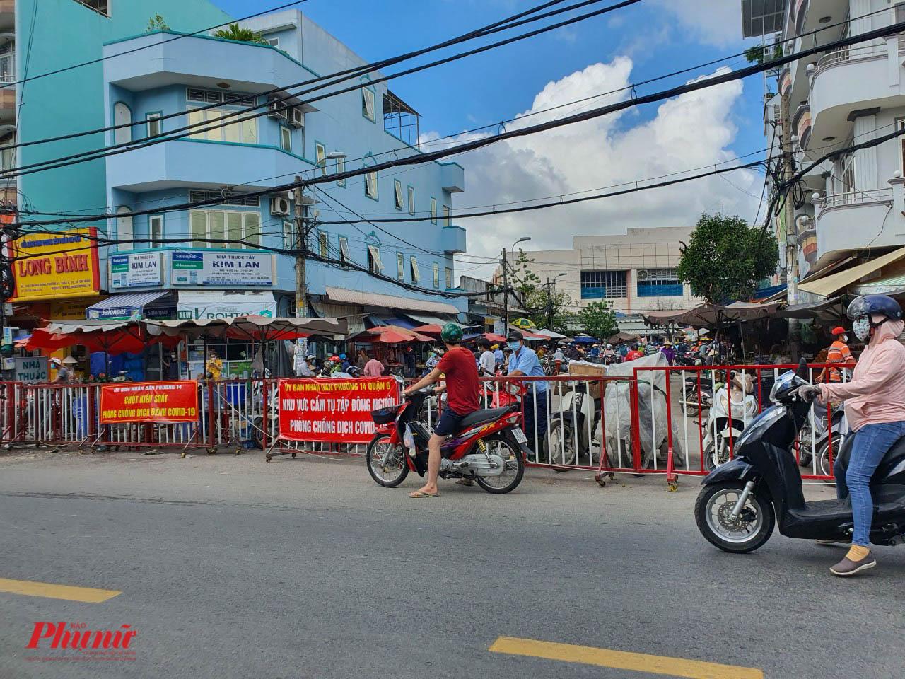 Chợ Phú Lâm, quận 6 được rào chắn, kiểm soát dịch tại cổng ra vào