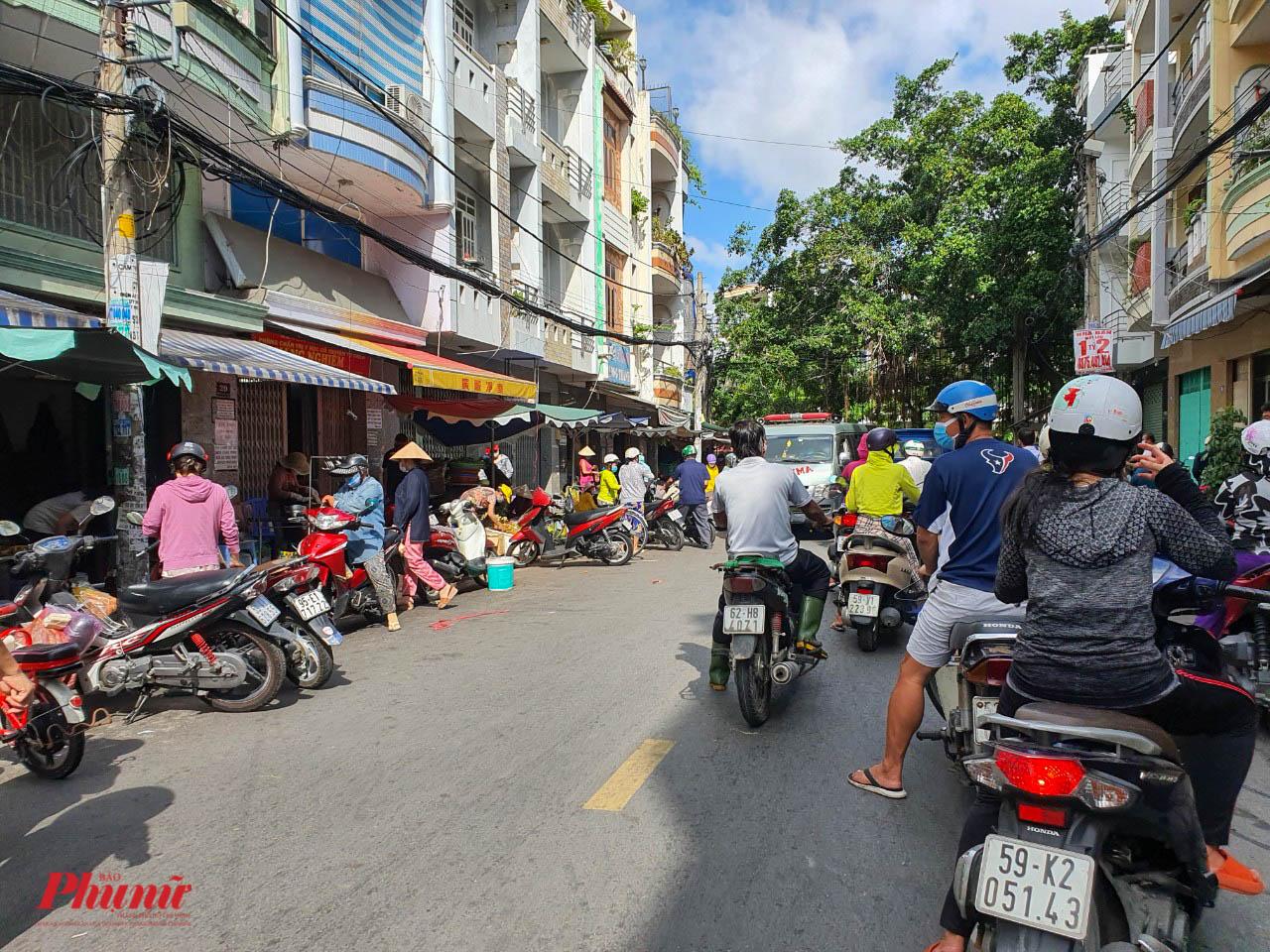 Một điểm chợ tự phát trên đường An Dương Vương, quận 6 (gần khu vực phong tỏa) vẫn hoạt động nhộn nhịp)
