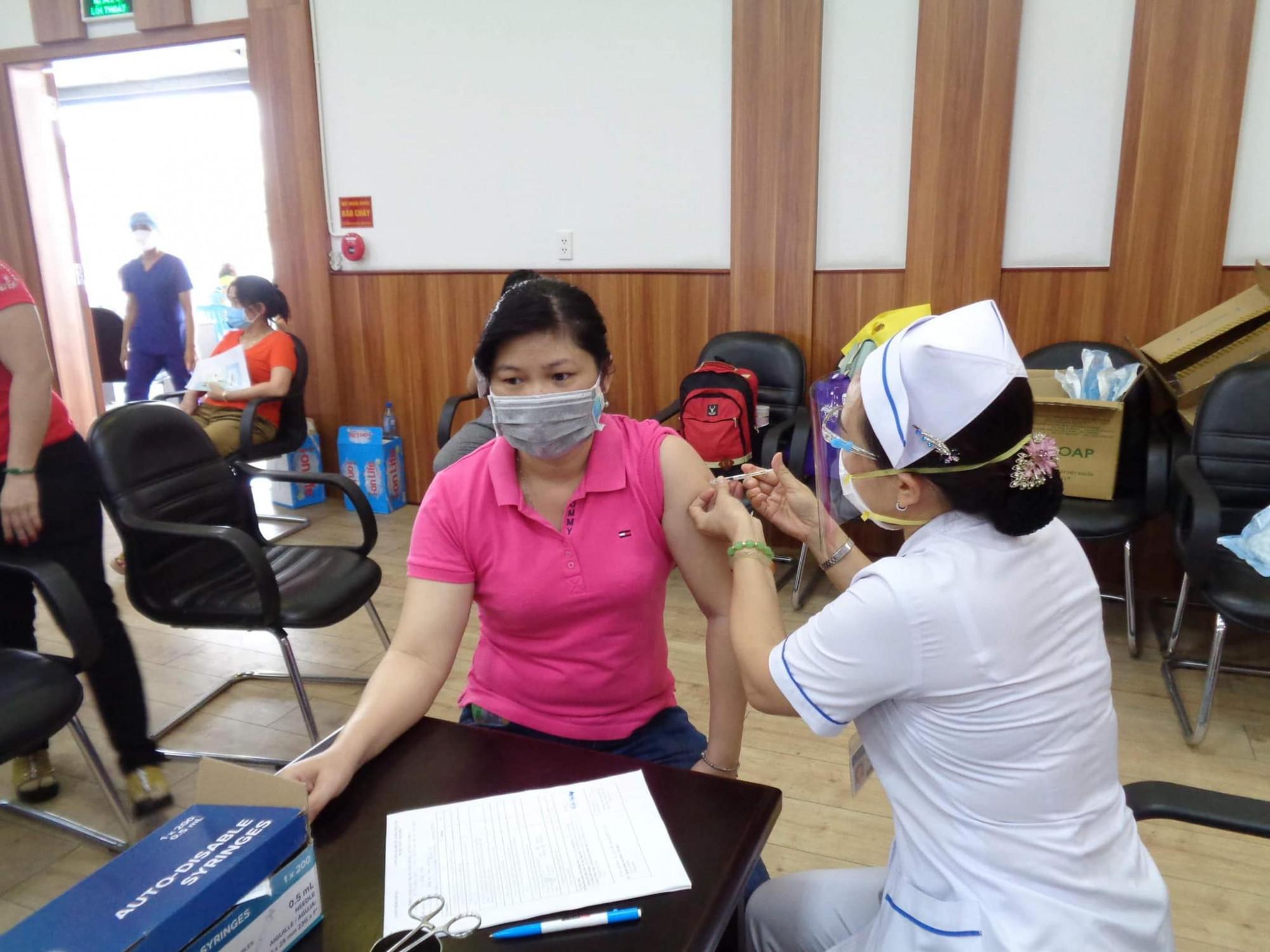 Công nhân công ty May Nhà Bè được tiêm vắc xin sáng 20/6/2021.