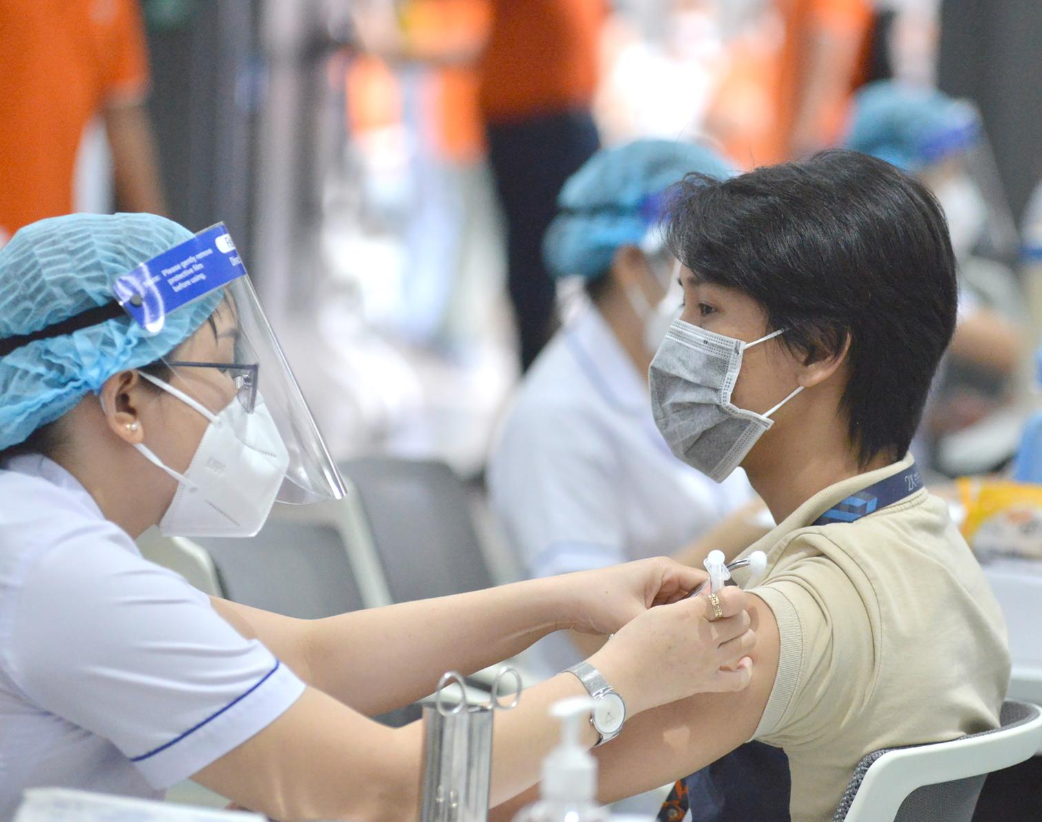 Công nhân, người lao động tại Công ty phần mềm FPT, Khu công nghệ cao, TP.HCM được tiêm vắc-xin vào ngày 19/6