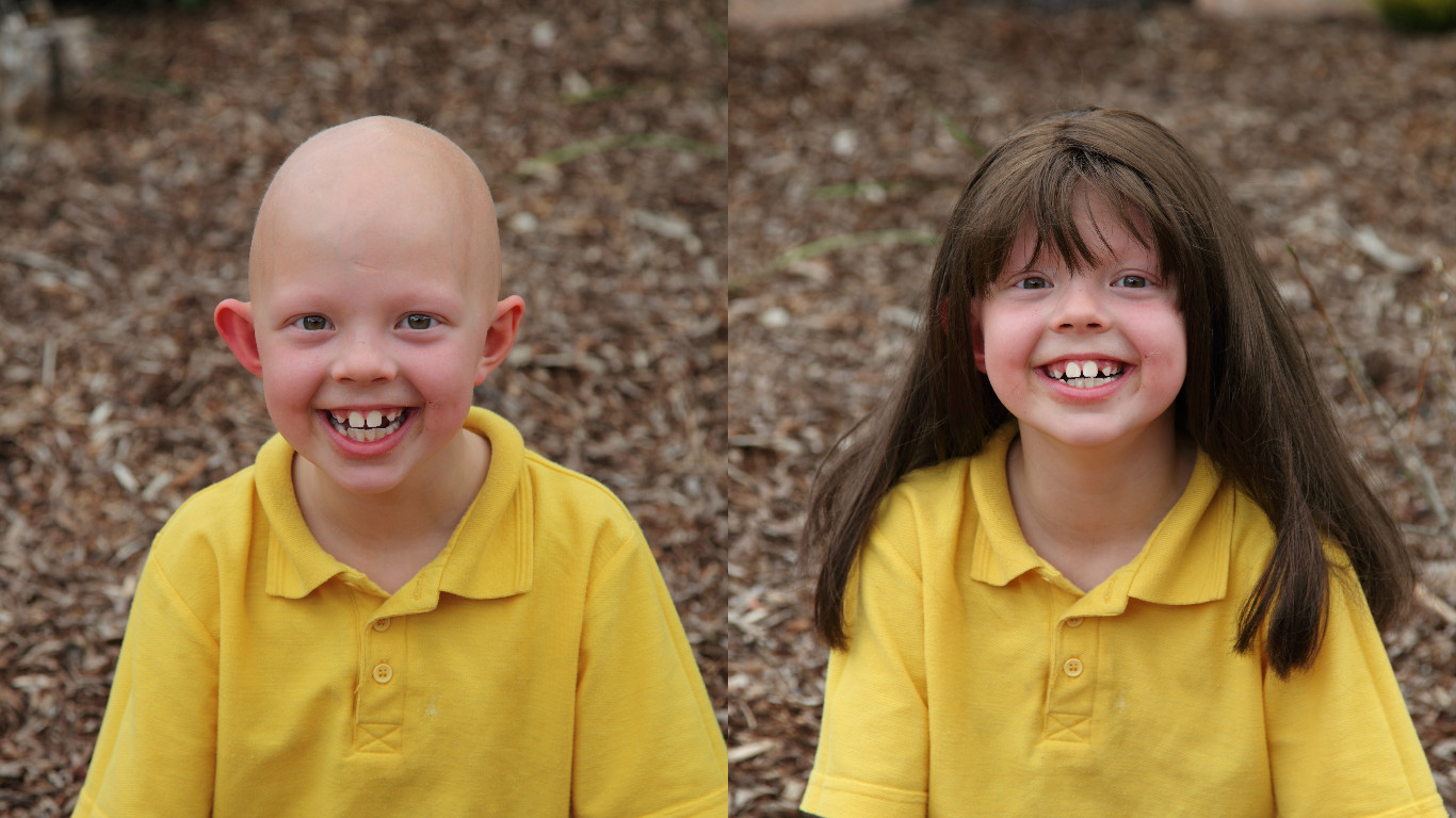 Một em bé vui sướng vì đã có được bộ tóc cho mình - Ảnh: Wigs For Kids