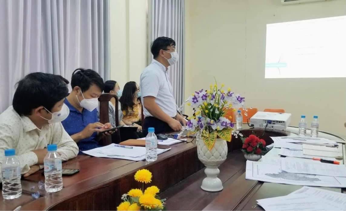 Ông Nguyễn Đình Trung tập huấn cho tỉnh Bình Dương về tổ chức các khu cách ly tập trung, ảnh Hoài Thương