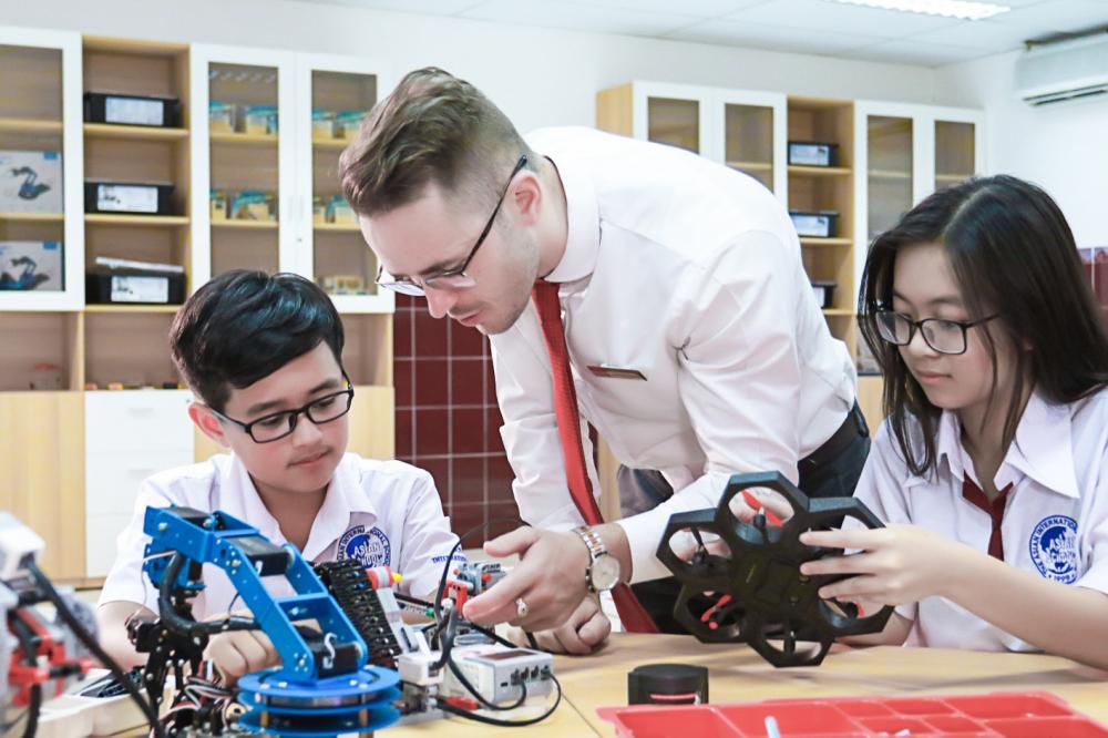 Trường Quốc tế Á Châu là trường phổ thông từ lớp Một đến lớp 12, cung cấp điều kiện học tập, giảng dạy và chăm sóc như các trường phổ thông tại các nước phát triển