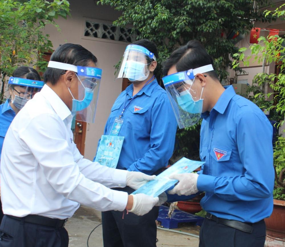 Trưởng Ban Dân vận Thành ủy TPHCM Nguyễn Hữu Hiệp mong rằng tuổi trẻ TP phải phát huy sức sáng tạo hơn nữa, có được những sản phẩm cụ thể cho công tác phòng, chống dịch như những dung dịch khử khuẩn, buồng khử khuẩn... đã làm được trong năm 2020 góp phần phục vụ hiệu quả công tác phòng, chống dịch COVID-19 của TP.