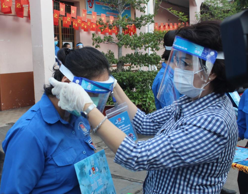 Chủ tịch Ủy ban MTTQ Việt Nam TPHCM Tô Thị Bích Châu đánh giá cao tinh thần tình nguyện của thanh niên TP tích cực tham gia hỗ trợ TP chống dịch.