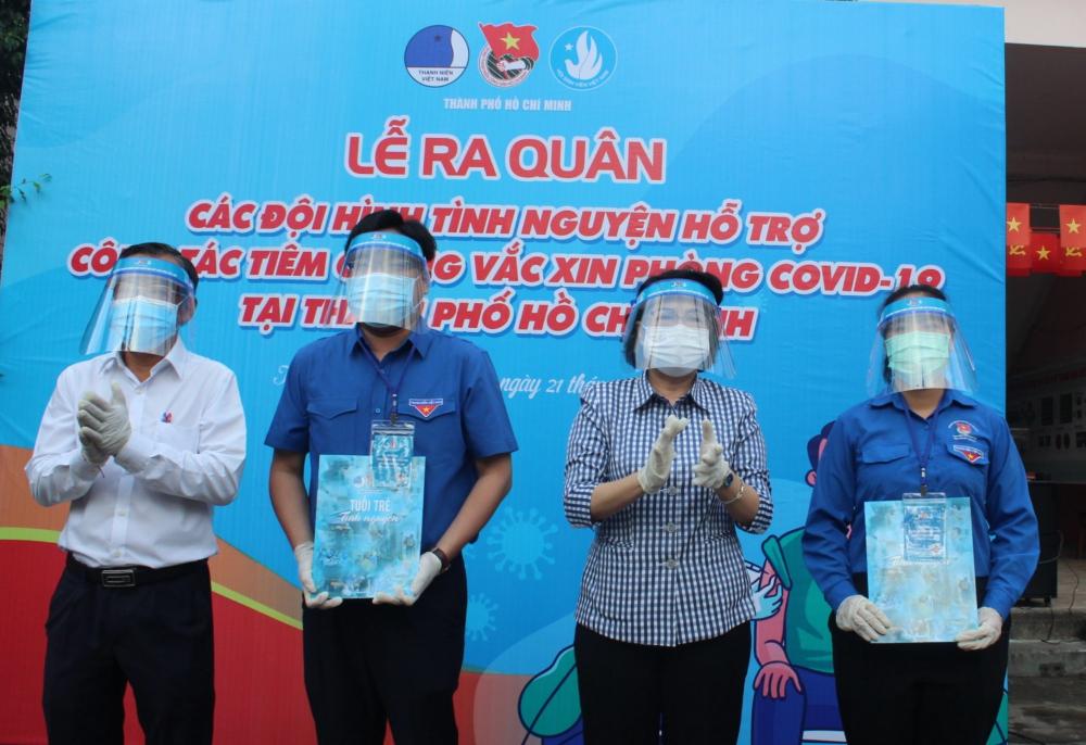 Lãnh đạo TPHCM tặng quà động viên các tình nguyện viên.